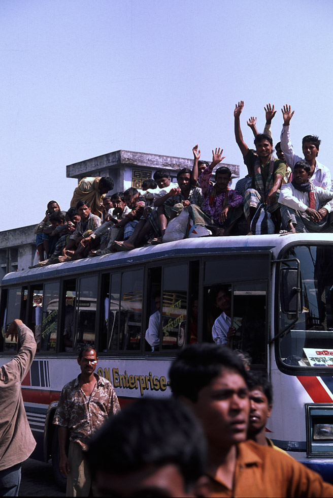 屋根に沢山の人が乗ってるバス