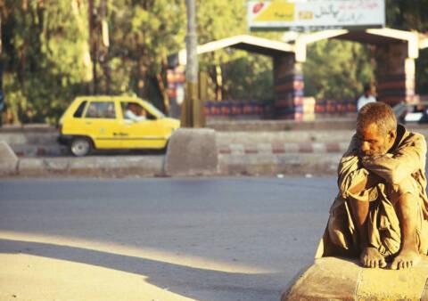インドの路上にいる老人男性