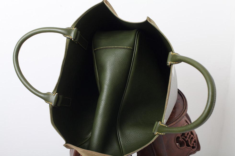 手縫いの革バッグを製作中