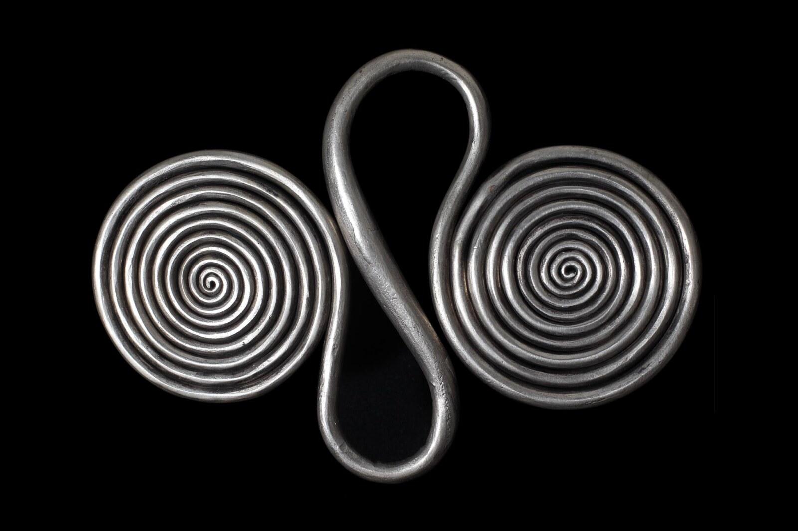 モン族(ミャオ族)の銀装飾品に現れる螺旋文様