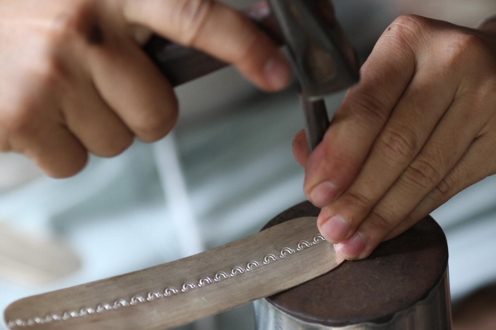 銀板に規則正しく正確に打ち込まれる刻印