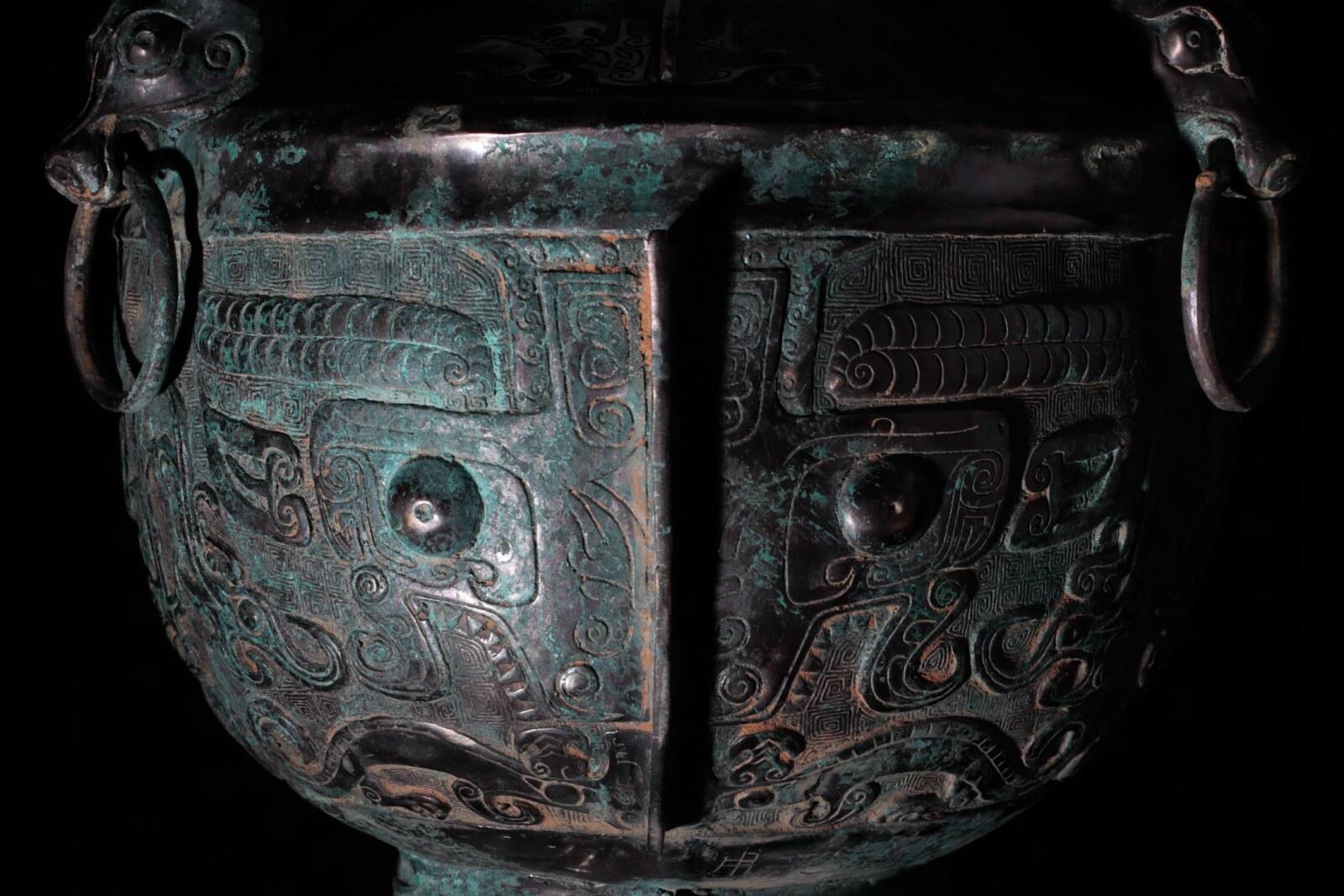 饕餮文(獣面文)と呼ばれる文様が施された殷代の祭礼用青銅器