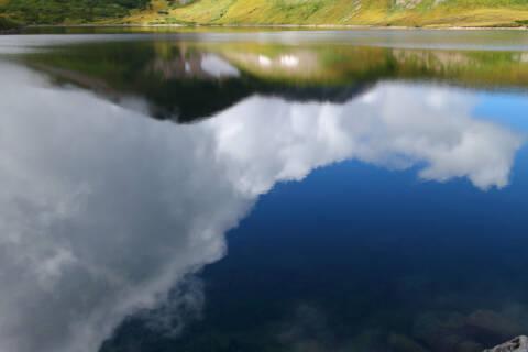 白馬大池に映り込む稜線と雲