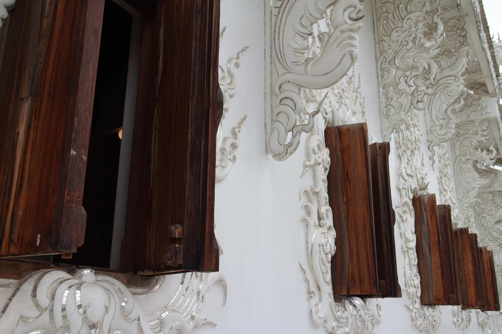 白亜の寺院ワットロンクンの木窓 - チェンマイ