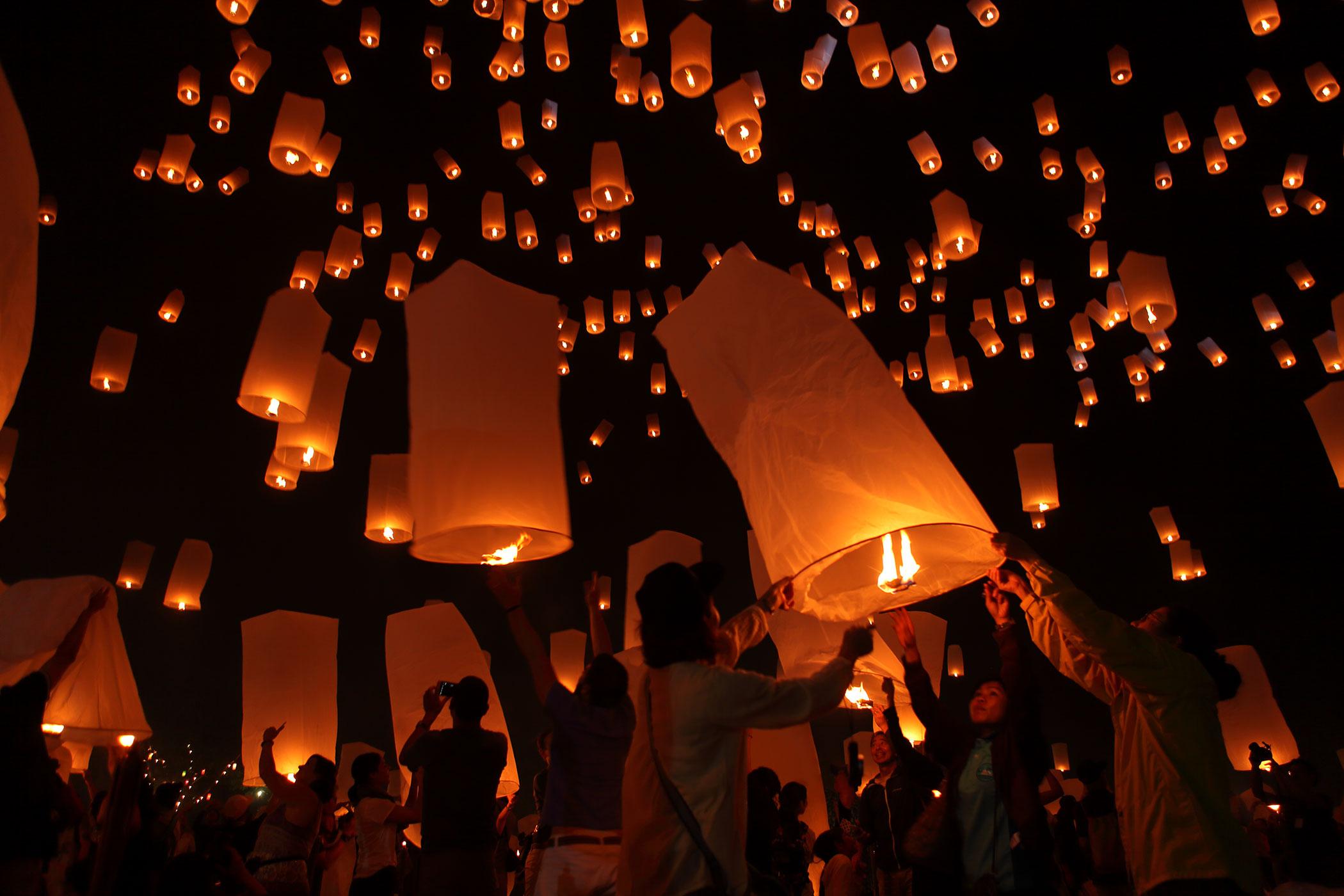 チェンマイ・イーペン祭り - 夜空に熱気球のようなランタンを無数に飛ばす祭り。10~11月の満月に開催される。