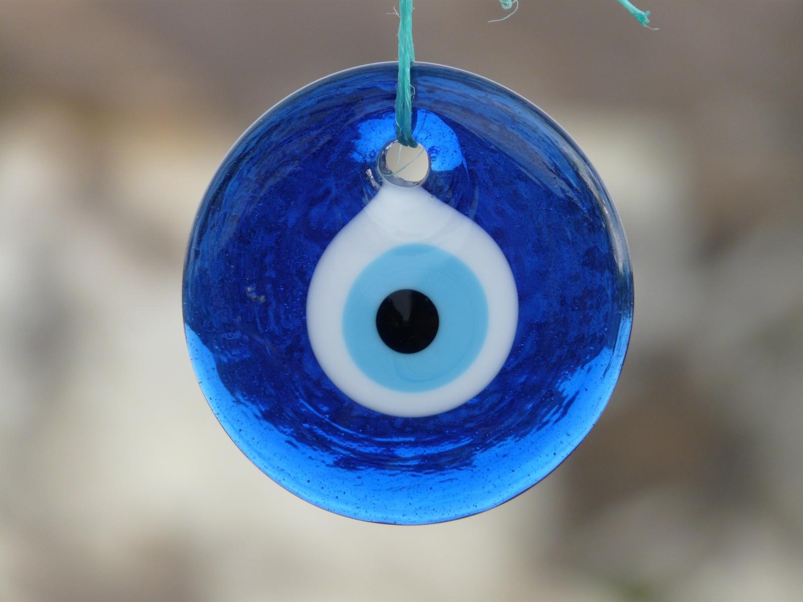 ナザール・ボンジュウ - トルコのお守り。青いガラスに眼が描かれ、邪眼から身を守る護符として用いられる。