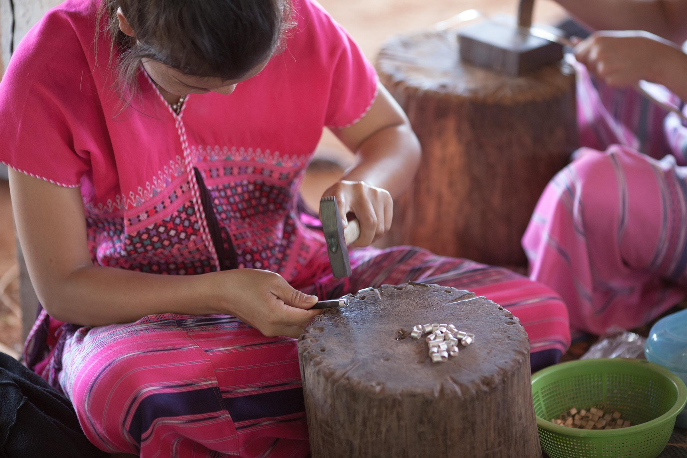 カレンシルバービーズを作るカレン族の少女